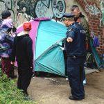 Berlińska policja kontroluje obozowisko bezdomnych, zdjęcie z 11 października 2017 r. (Th/action press/REX/Shutterstock/EAST NEWS)